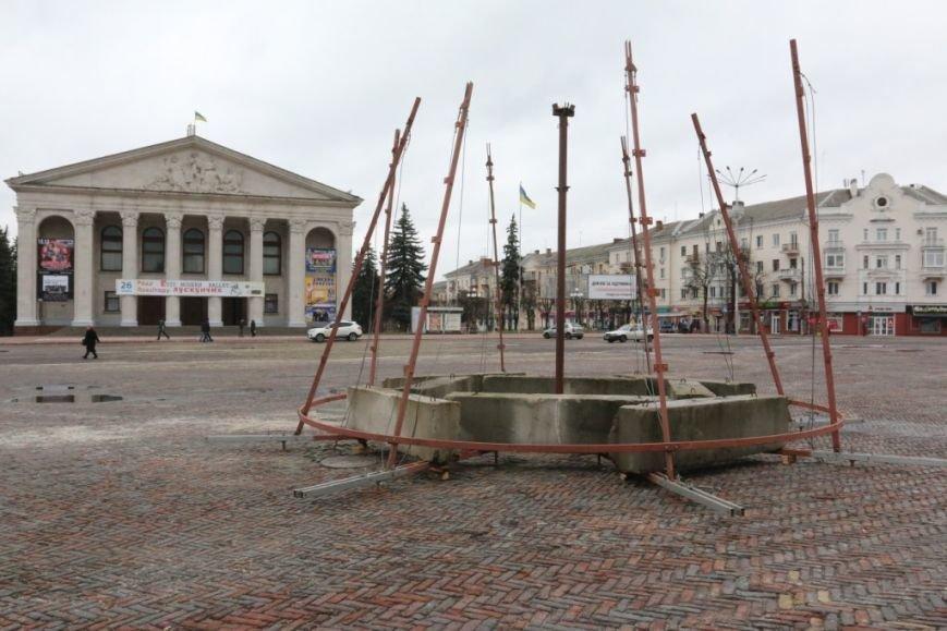На Красной площади Чернигова начали монтировать елку, фото-2