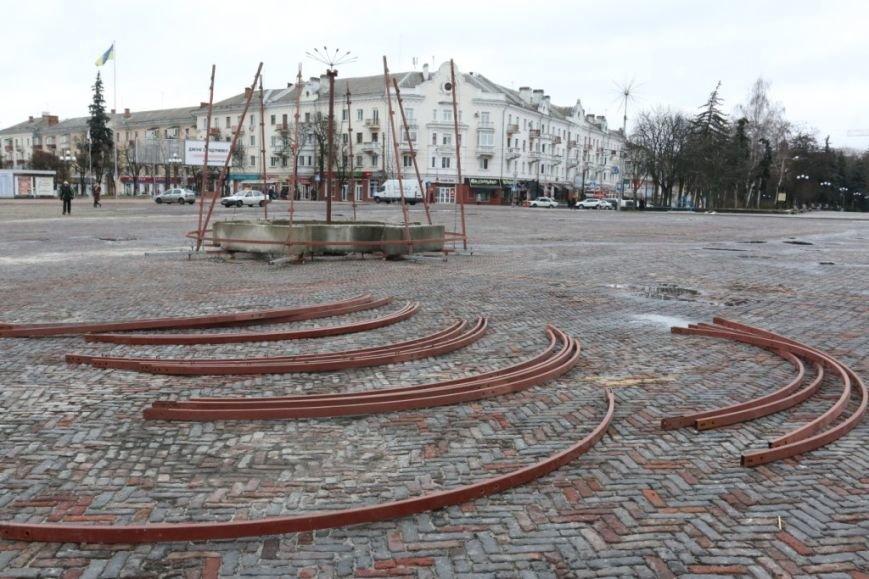 На Красной площади Чернигова начали монтировать елку, фото-4