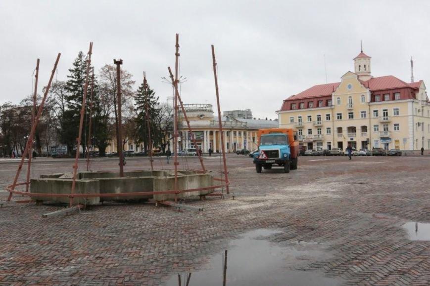 На Красной площади Чернигова начали монтировать елку, фото-1