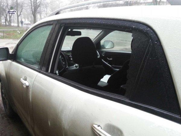 На Левандівці невідомі розбили вікно та викрали із автомобіля (ФОТО) (фото) - фото 1