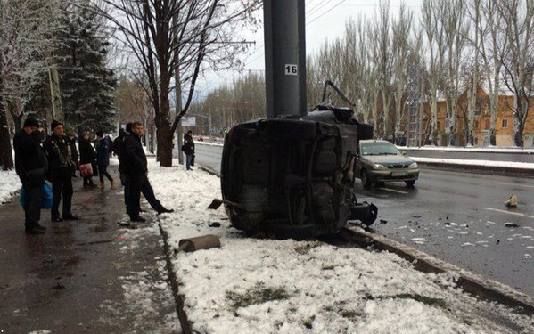 В центре Донецке БМВ врезался в столб — погиб водитель (ФОТО) (фото) - фото 1
