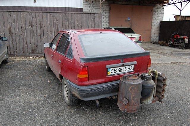 Житель Черниговской области переоборудовал Opel для работы на дровах (фото) - фото 1