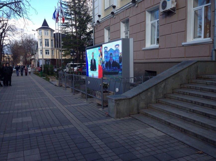 Около 100 симферопольцев собрались в центре города послушать Путина (ФОТО) (фото) - фото 4