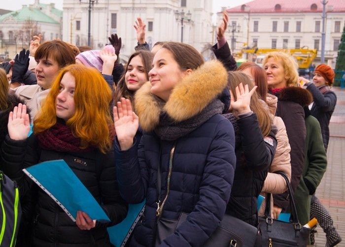 В Гродно на советской площади прошёл необычный флешмоб «Падай руку дапамогі» (фото) - фото 13
