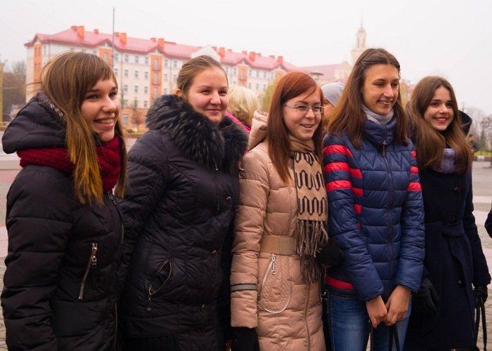 В Гродно на советской площади прошёл необычный флешмоб «Падай руку дапамогі» (фото) - фото 3