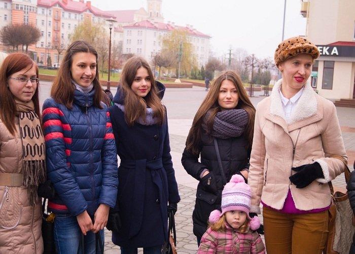В Гродно на советской площади прошёл необычный флешмоб «Падай руку дапамогі» (фото) - фото 4