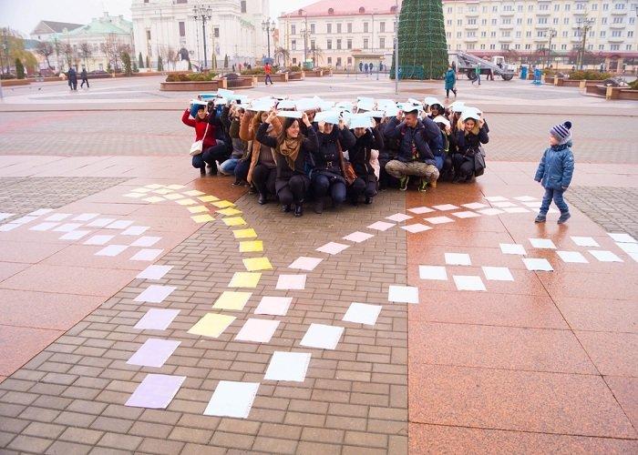 В Гродно на советской площади прошёл необычный флешмоб «Падай руку дапамогі» (фото) - фото 10