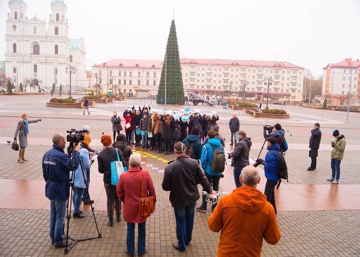 В Гродно на советской площади прошёл необычный флешмоб «Падай руку дапамогі» (фото) - фото 7