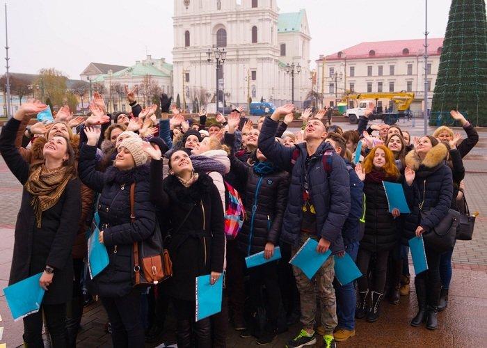 В Гродно на советской площади прошёл необычный флешмоб «Падай руку дапамогі» (фото) - фото 12