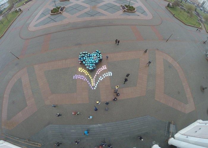В Гродно на советской площади прошёл необычный флешмоб «Падай руку дапамогі» (фото) - фото 14