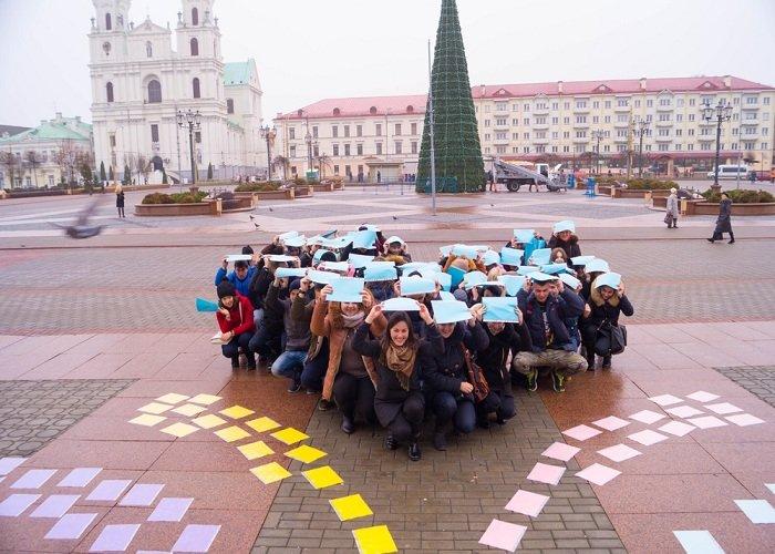 В Гродно на советской площади прошёл необычный флешмоб «Падай руку дапамогі» (фото) - фото 8