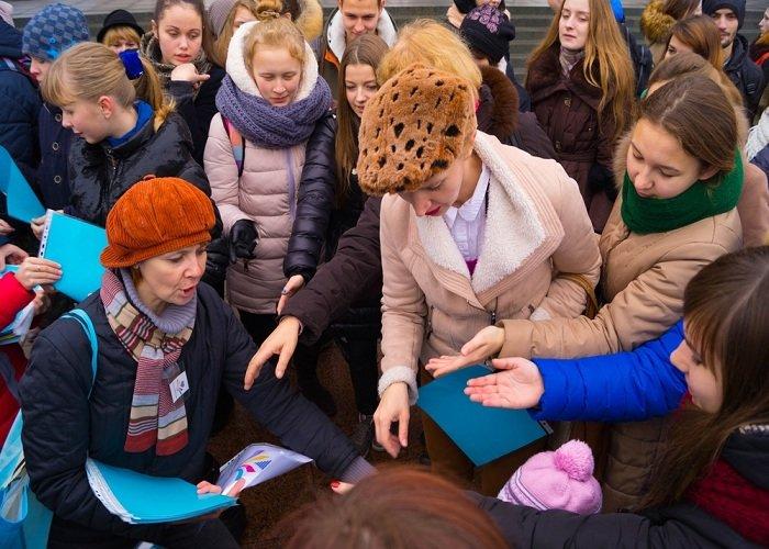 В Гродно на советской площади прошёл необычный флешмоб «Падай руку дапамогі» (фото) - фото 1