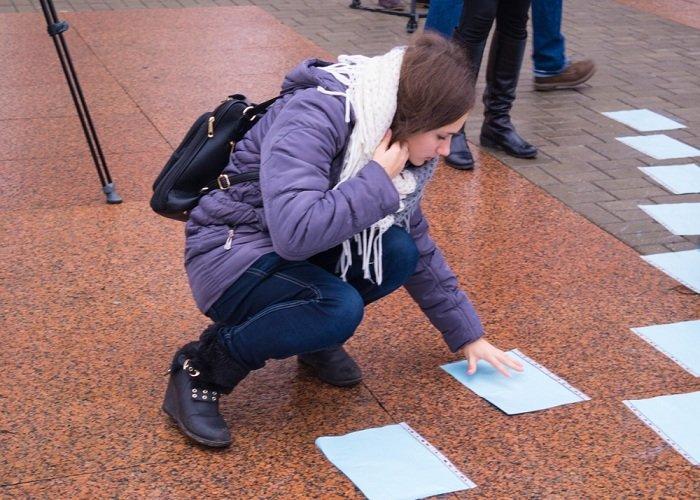 В Гродно на советской площади прошёл необычный флешмоб «Падай руку дапамогі» (фото) - фото 6