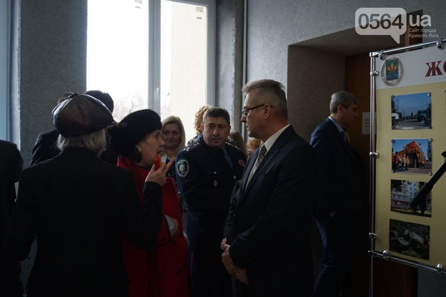 В Кривом Роге: избрали председателя Жовтневого райсовета, пикетировали «Червоний гірник», открыли дело о нападении на полицейских (фото) - фото 3