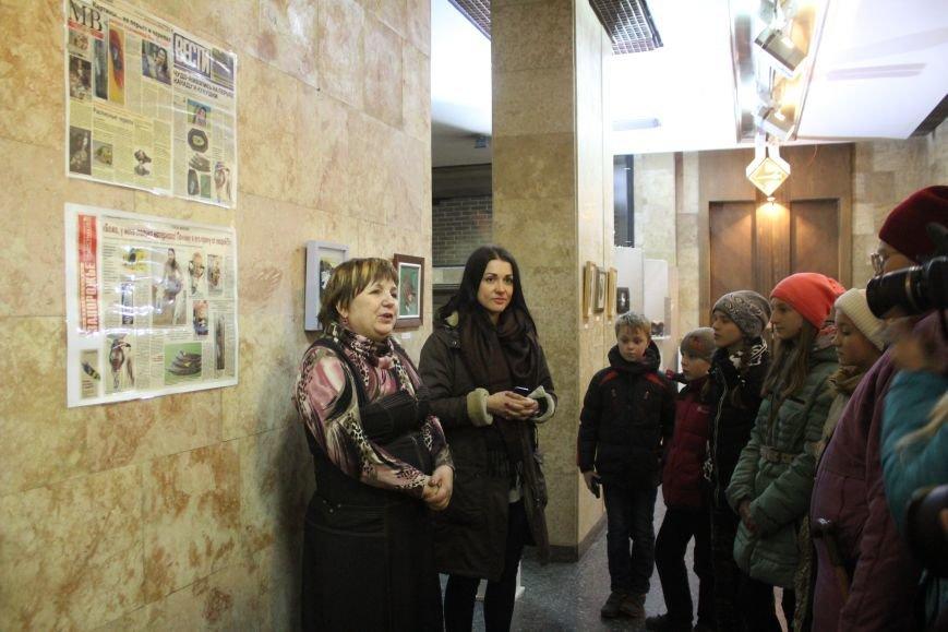 В музее истории Днепродзержинска открылась уникальная выставка живописи на перьях и черепах, фото-1
