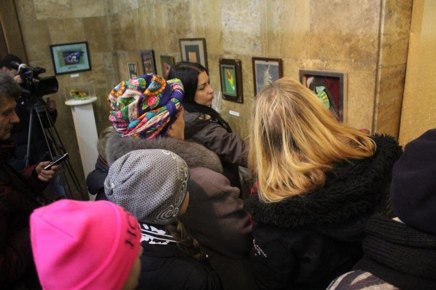 В музее истории Днепродзержинска открылась уникальная выставка живописи на перьях и черепах, фото-8