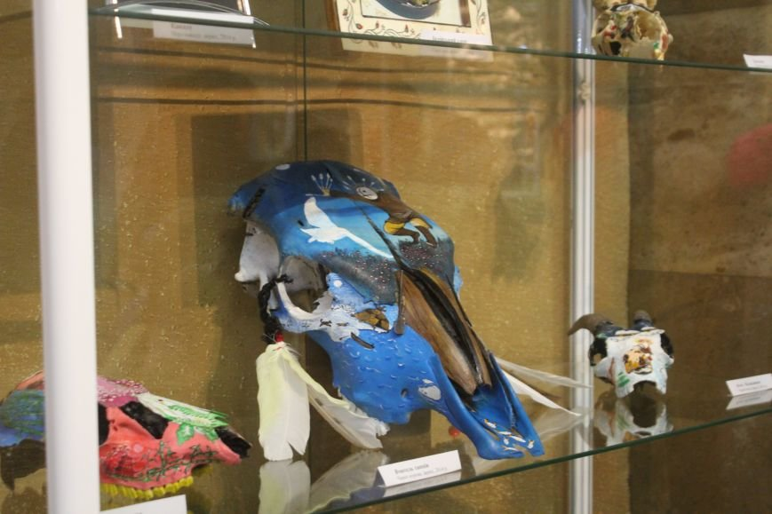 В музее истории Днепродзержинска открылась уникальная выставка живописи на перьях и черепах, фото-2