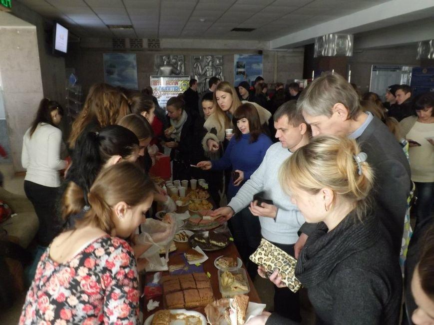 Житомирські студенти провели ярмарок, щоб зібрати кошти на подарунки в дитбудинок (фото) - фото 1