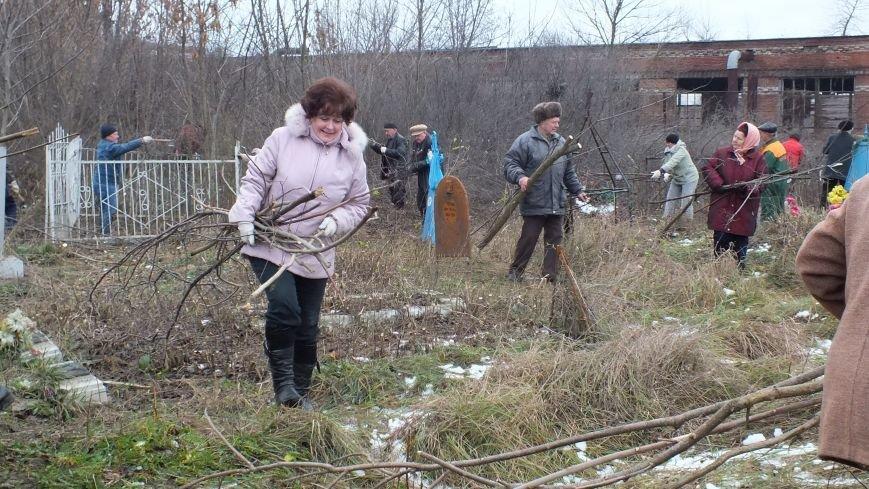 Совет ветеранов организовал субботник на старом кладбище (фото) - фото 1