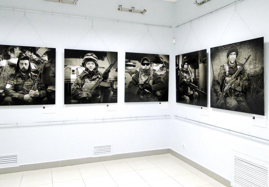 Виставка портретів «Добровольці» місяць пробуде у Хмельницькому музеї-студії фотомистецтва (Фото) (фото) - фото 1