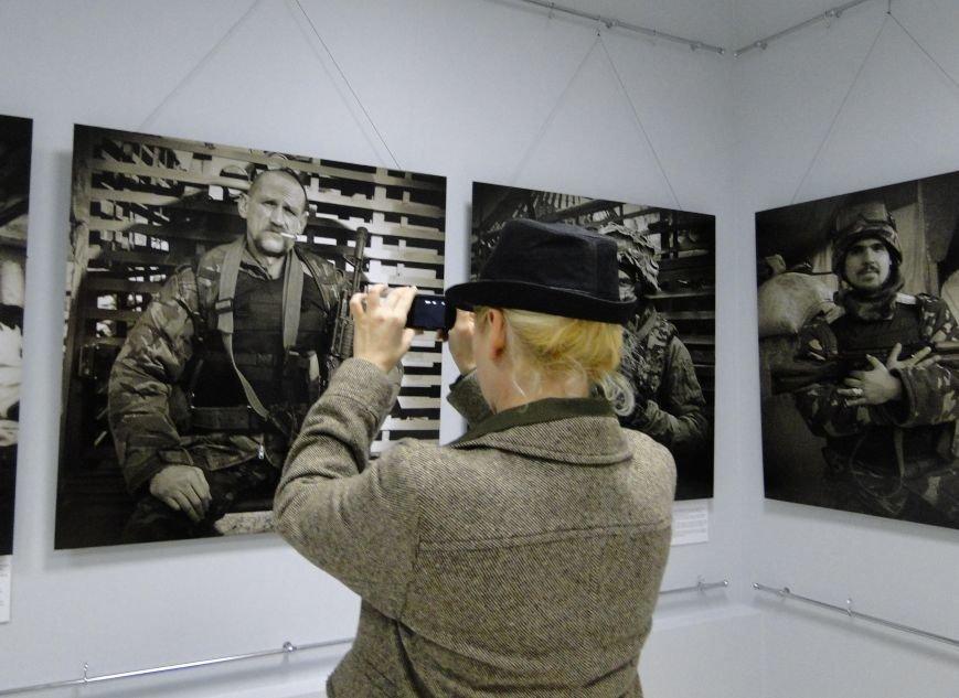 Виставка портретів «Добровольці» місяць пробуде у Хмельницькому музеї-студії фотомистецтва (Фото) (фото) - фото 3