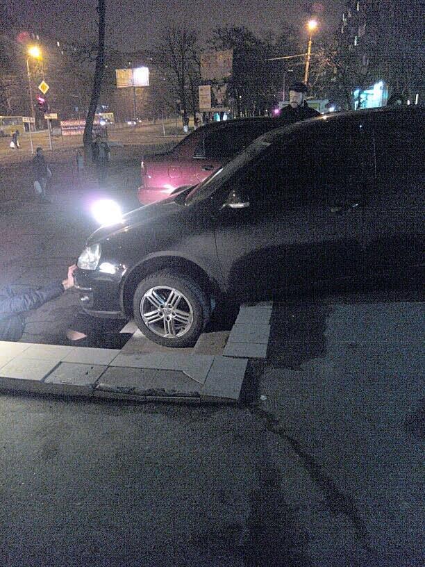 В Мариуполе автомобилистка неудачно припарковалась у супермаркета (ФОТО), фото-1