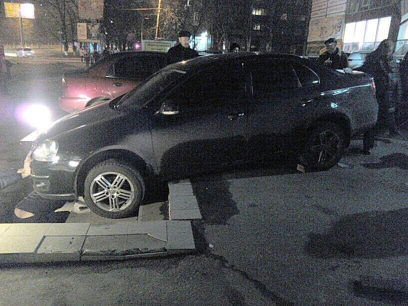 В Мариуполе автомобилистка неудачно припарковалась у супермаркета (ФОТО), фото-2