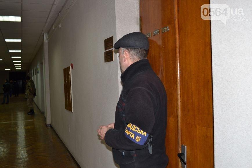 В Кривом Роге: сформировали новые райизбиркомы, «Громадська варта» взяла под охрану кабинеты мэра и его замов, сорвали заседание спецкомиссии по выборам (фото) - фото 2