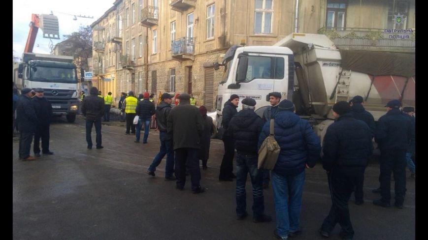 На вулиці Хмельницького протест: люди перекрили дорогу (ФОТОФАКТ) (фото) - фото 1