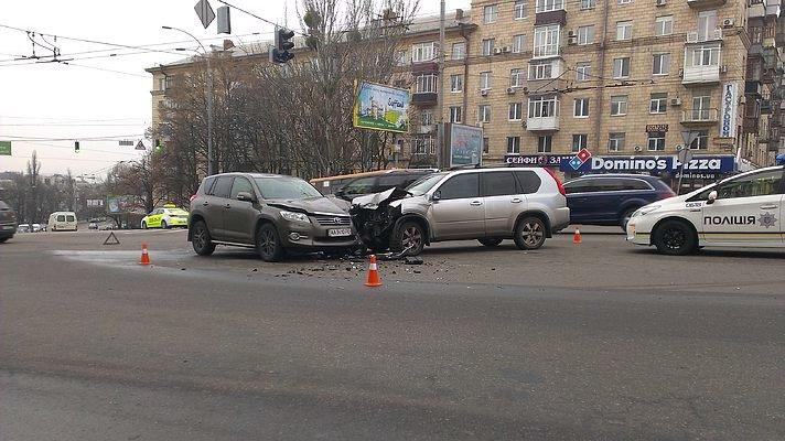 В Киеве на перекрестке не разминулись два внедорожника, есть пострадавший (ФОТО) (фото) - фото 1