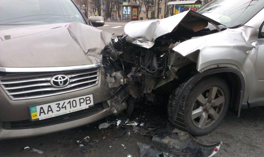 В Киеве на перекрестке не разминулись два внедорожника, есть пострадавший (ФОТО) (фото) - фото 2