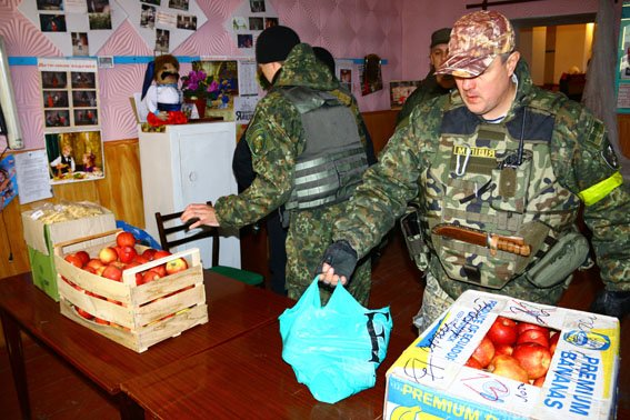 В Павлополе гуманитарную помощь раздавали под обстрелами (ФОТО) (фото) - фото 1