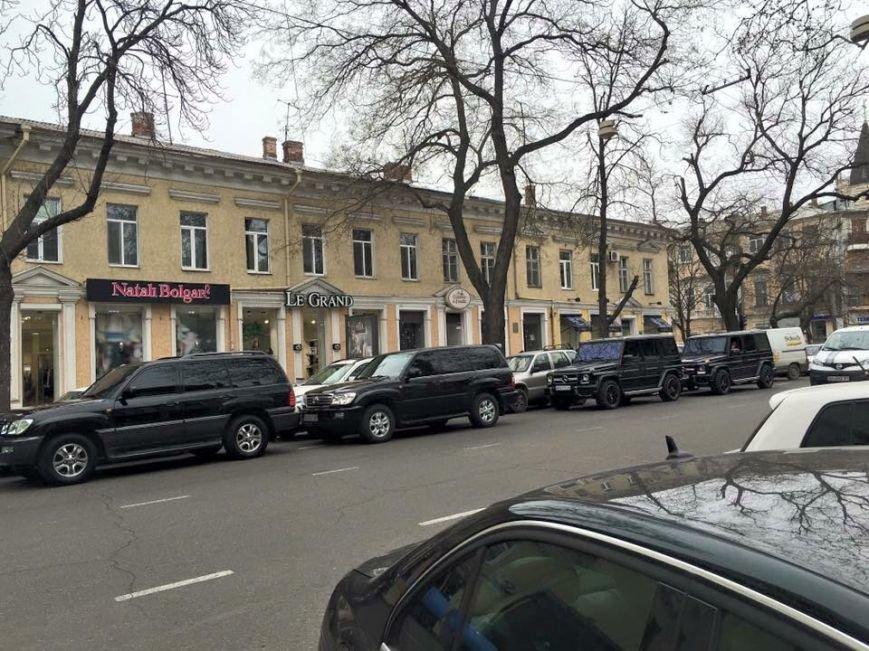 В Одессе на открытии торгового центра джипы заблокировали дорогу (ФОТО) (фото) - фото 1