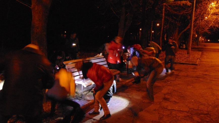 В Мариуполе произошло массовое нападение неизвестных с фонариками на лавочки (ФОТОФАКТ) (фото) - фото 2