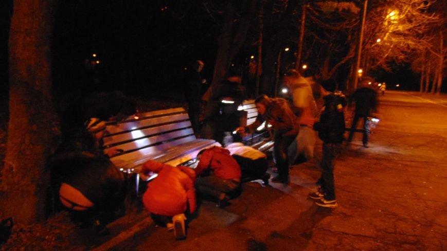 В Мариуполе произошло массовое нападение неизвестных с фонариками на лавочки (ФОТОФАКТ), фото-3