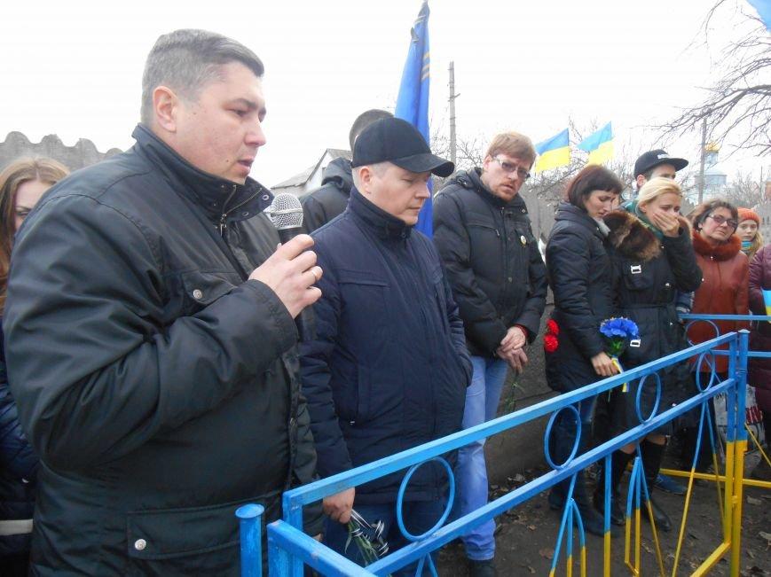 Активисты и представители городской власти почтили память погибшего воина АТО (фото) - фото 3