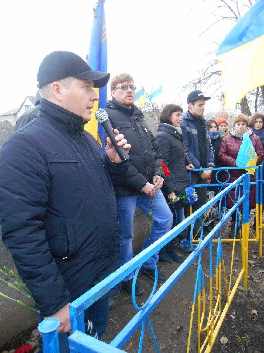 Активисты и представители городской власти почтили память погибшего воина АТО (фото) - фото 1