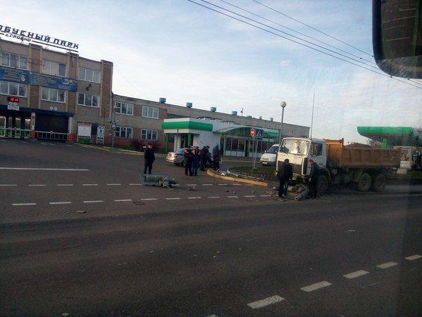 Фотофакт: в Гродно на улице Победы грузовик снес светофор и оборвал троллейбусную линию (фото) - фото 2