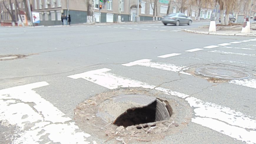 На мариупольской улице лопнуло терпение дорожного люка (ФОТОФАКТ) (фото) - фото 1