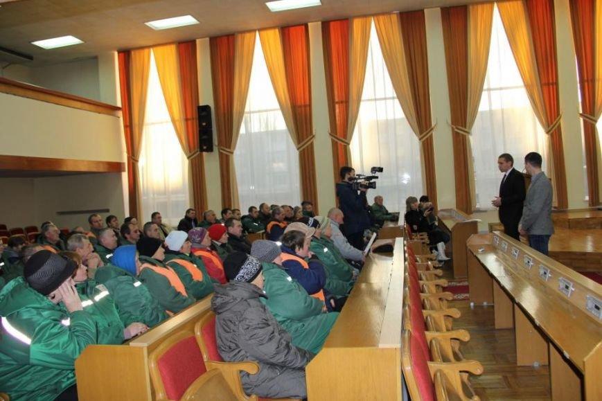Працівникам «Благоустрою Кременчука» не виплатити зарплату. Люди прийшли за поясненнями до мера (фото) - фото 1