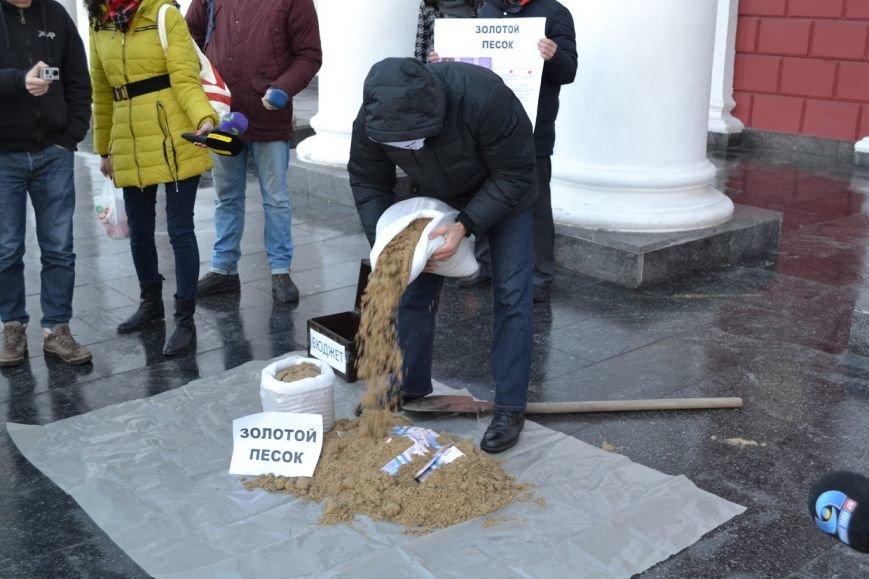 35b9c726de31792c6770bb478d3ab8f2 Вход в одесскую мэрию заблокировали мешками с песком