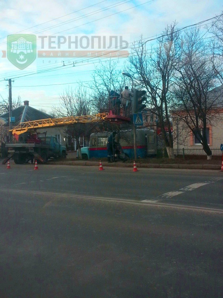 У Тернополі на вулиці Микулинецькій замінюють світлофор (фото) (фото) - фото 1