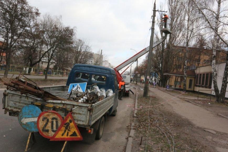 До конца недели в Чернигове закончат демонтаж опор для новой троллейбусной линии, фото-2