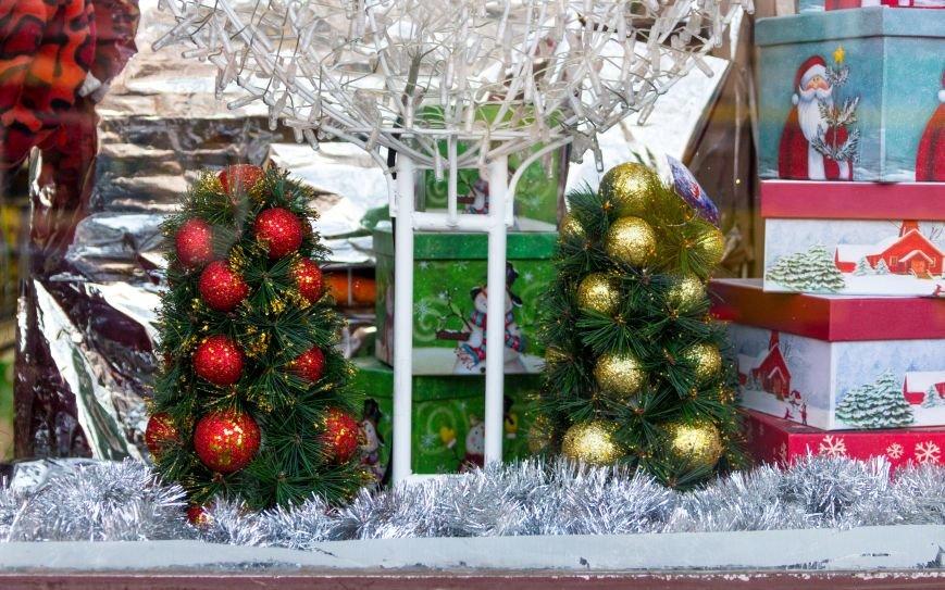 973f2af30a3efd1b7b680ccae762ad9a Витрины одесских магазинов украсили ёлки