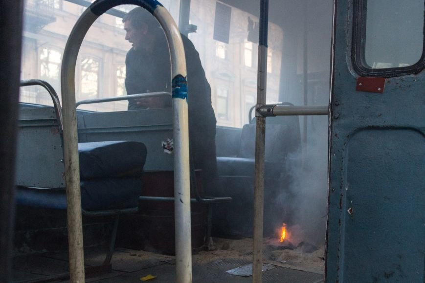 92b88f7e1ec02e8b4ee015602579217b В центре Одессы горит троллейбус
