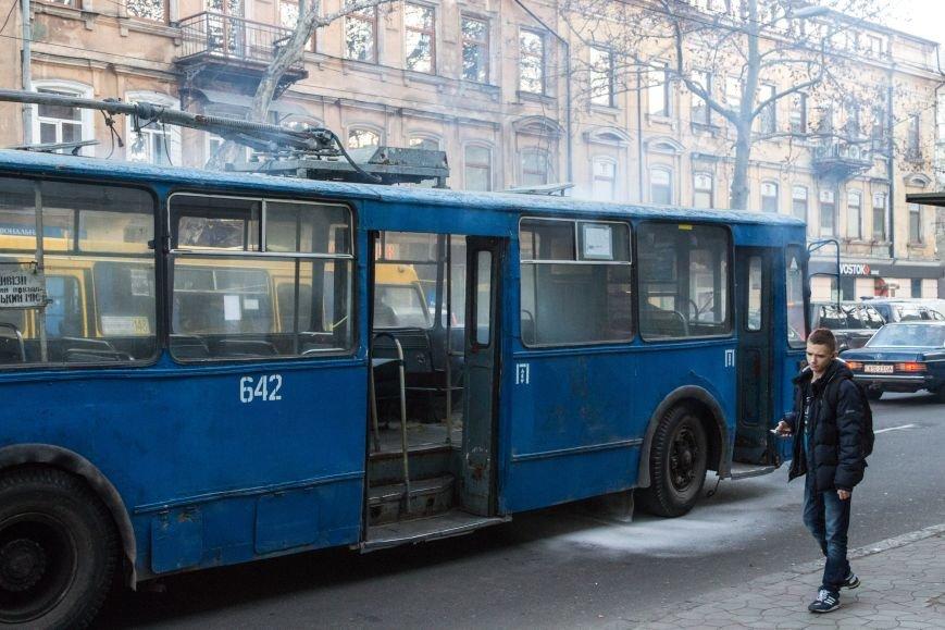 9c9caca7386c036add902efe4bfd53ea В центре Одессы горит троллейбус