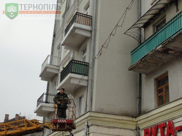 У Тернополі почали чіпляти новорічну ілюмінацію за новими технологіями (фото) (фото) - фото 1