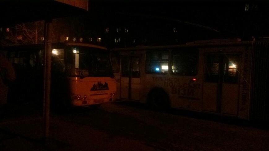 У Тернополі зіткнулися маршрутка і тролейбус (фото) (фото) - фото 1