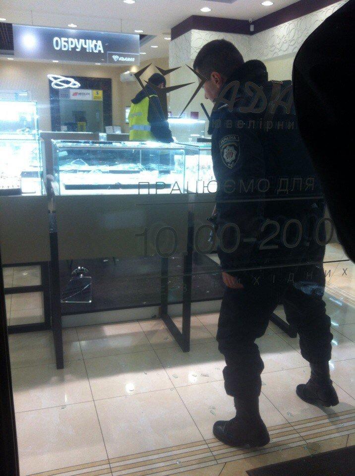 У Львові невідомий пограбував ювелірний магазин (ФОТО), фото-3