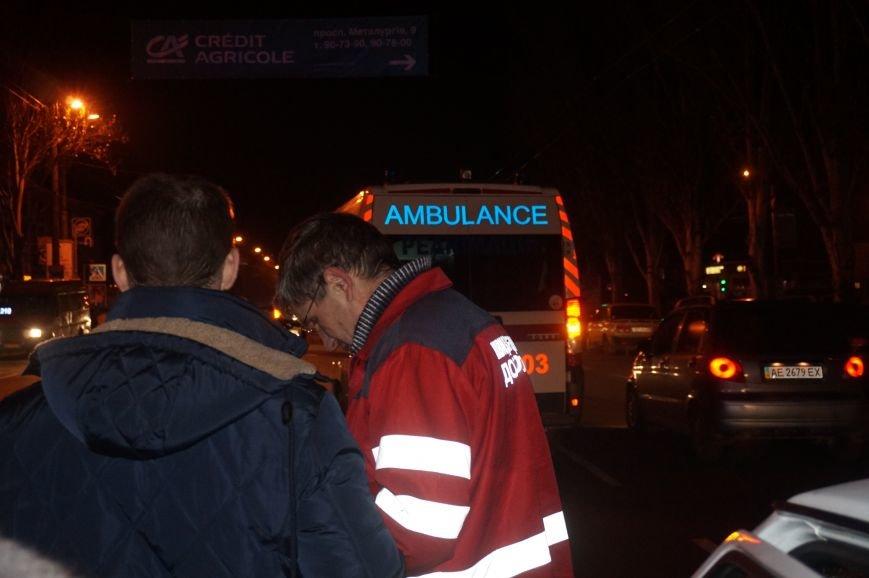 ДТП в Кривом Роге: пожилой мужчина бросился под автомобиль в нескольких метрах от пешеходного перехода (ФОТО 18+) (фото) - фото 1